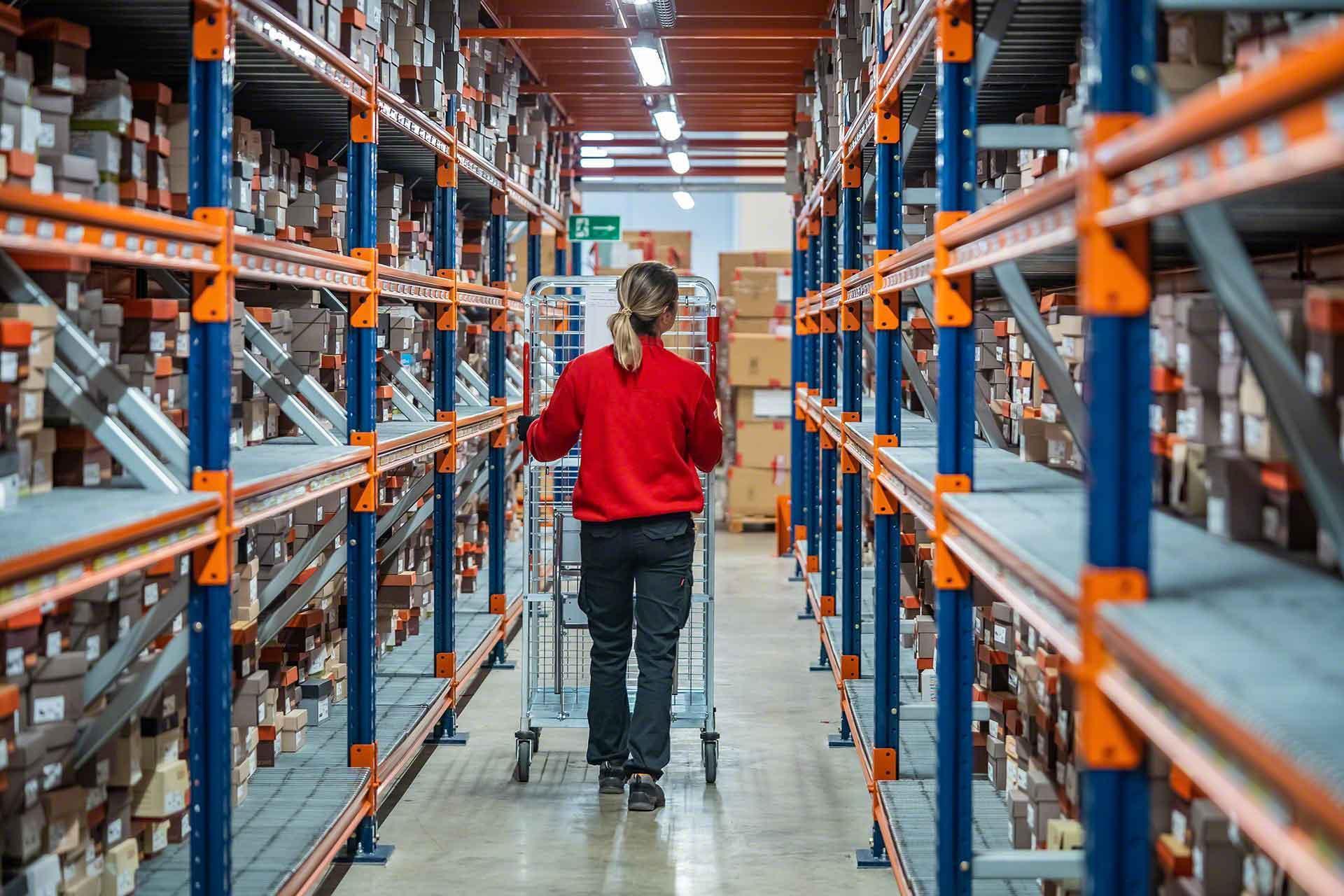 Wave picking wordt aanbevolen voor magazijnen met een groot aantal artikelnummers en lichte ladingen