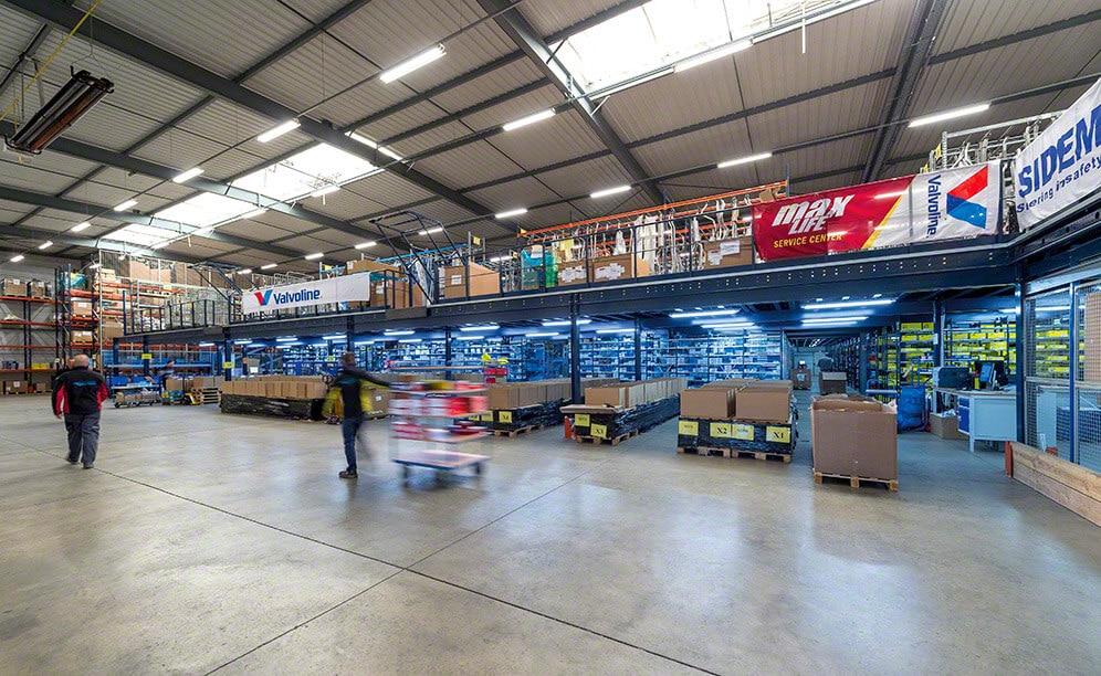 Le circuit de convoyeurs est le pivot de l'entrepôt Van Heck Interpieces, rationalisant la sélection de pièces de rechange d'automobiles
