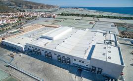 Granada La Palma est entouré de champs cultivables. Mecalux a construit deux entrepôts stratégiquement intégrés dans même centre