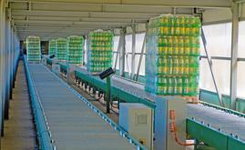 L'entrepôt est relié à la zone de production grâce à un tunnel de 100 mètres de long équipé de convoyeurs à rouleaux