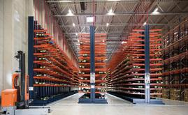 Les rayonnages cantilever atteignent 8 mètres de hauteur et sont conçus spécifiquement pour stocker les unités de charge longues