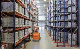 Mecalux a installé rayonnages à accumulation pour produits à forte rotation, et classiques pour les produits de moyenne rotation