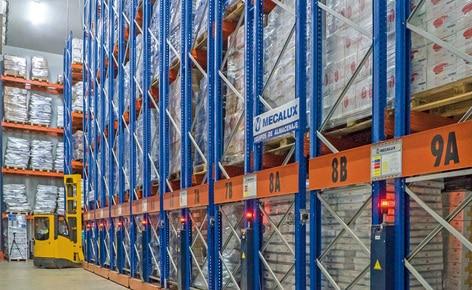 Seize rayonnages bases mobiles Movirack rentabilisent le nouvel entrepôt frigorifique de Bajofrío