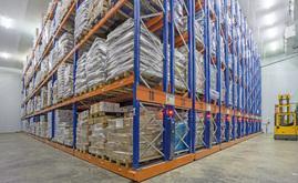 L'entrepôt est équipé de 16 rayonnages doubles mobiles Movirack de 11 mètres de haut et 29 mètres de long