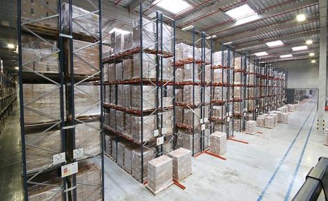 Un entrepôt sectorisé avec une capacité de plus 42 000 palettes et une zone de picking avec convoyeurs