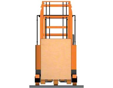 Reachtruck met de pallet op het chassis