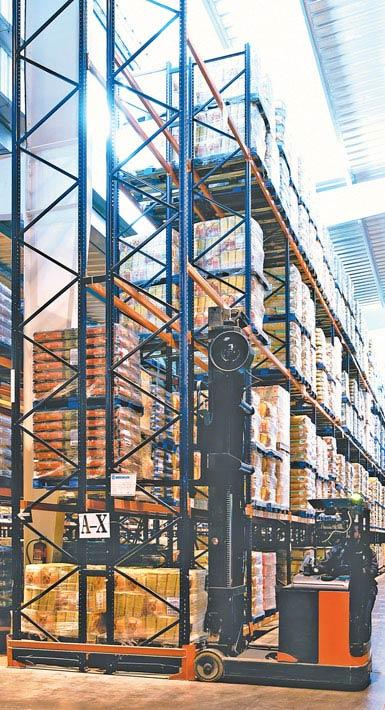 Afbeelding van een reachtruck voor dubbeldiepe opslag in een levensmiddelenmagazijn voor grootverbruikers.