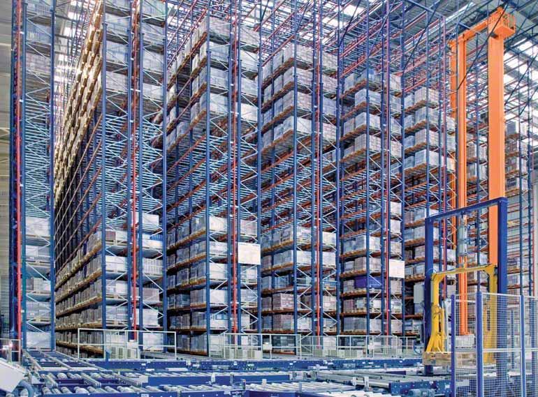 Enkeldiepe magazijnstellingen bij een bedrijf in de keramische sector dat zich richt op de bouwwereld