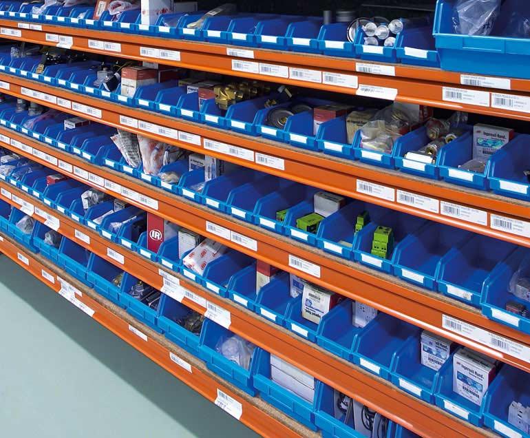 De producten van een bedrijf dat zich toelegt op industriële toeleveringen, worden opgeslagen in magazijnbakken