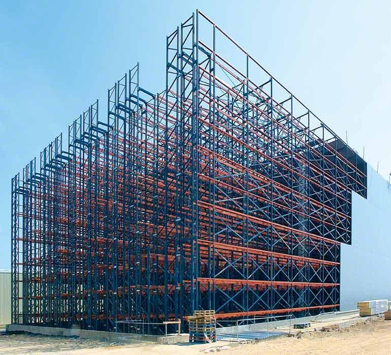 In een hoogbouwmagazijn vormen de stellingen zelf de structuur van het gebouw