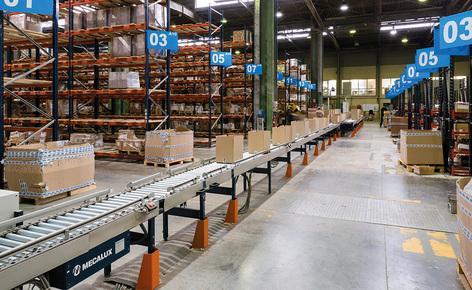 Mecalux a proposé d'installer un circuit de convoyeurs qui traverse le centre de l'entrepôt à une vitesse de 25 m\/min et relie toutes les zones