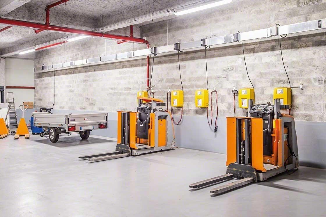 La zone d'entrepôt dédiée à l'entretien des engins de manutention doit respecter les normes de sécurité en entrepôt.