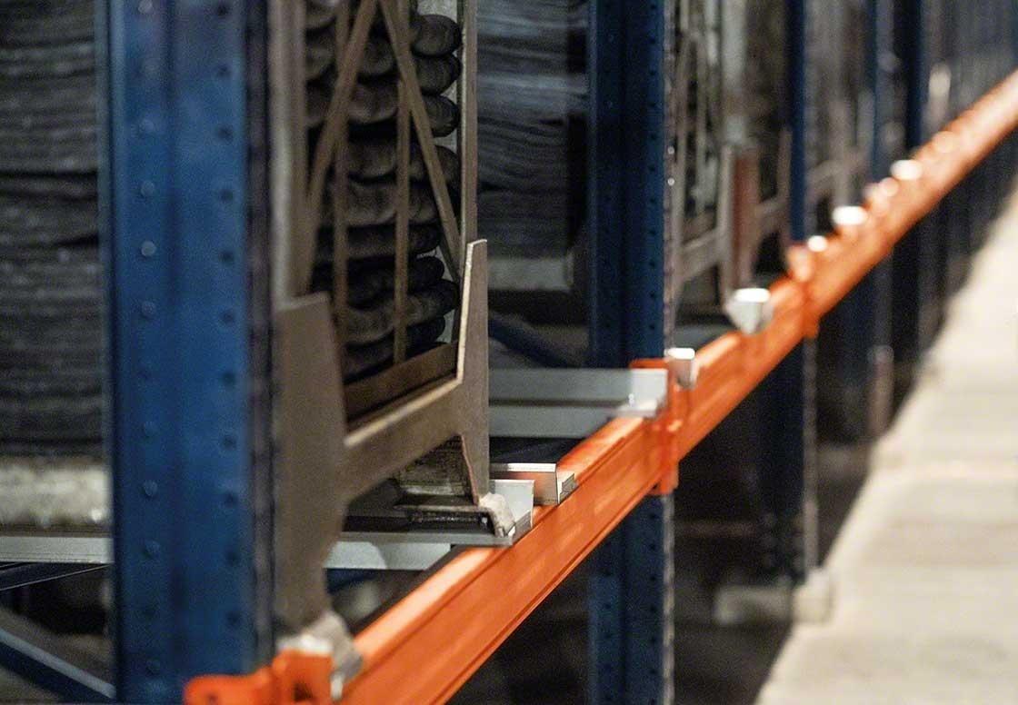 Les rayonnages doivent s'adapter aux conteneurs métalliques où sont rassemblés les pneus.