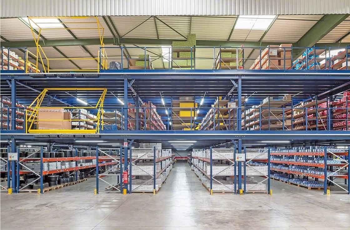 Aperçu des trois étages de stockage de l'entrepôt de PAVI-Groupauto