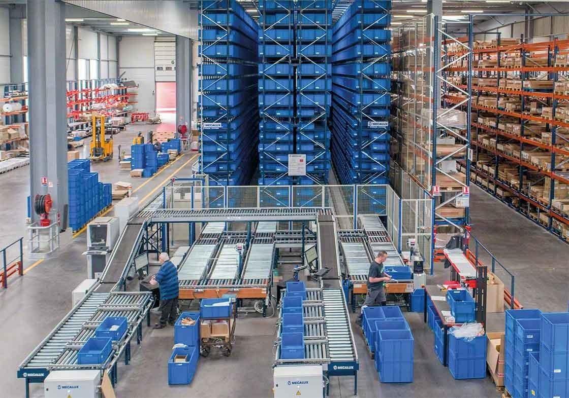 Les transstockeurs pour bacs ou cartons suivent la méthode du Goods to Man et automatisent l'étape de la procédure de préparation de commandes dédiée aux itinéraires de prélèvement.