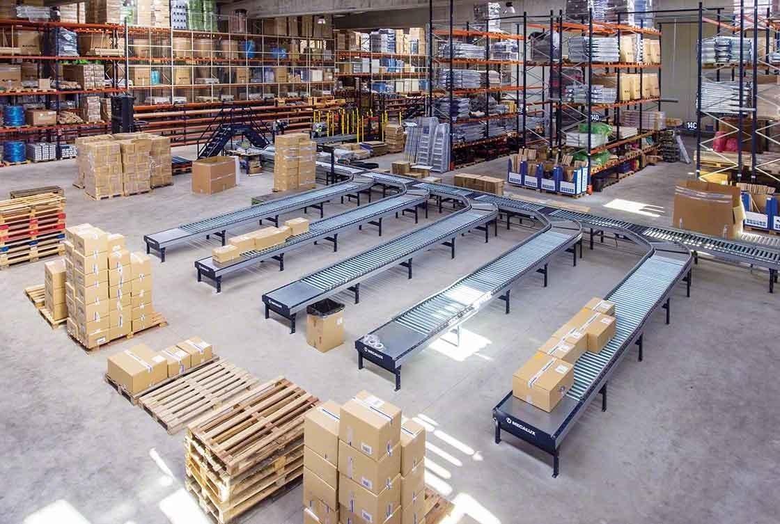 Les circuits de convoyeurs réduisent les déplacements en logistique e-commerce.