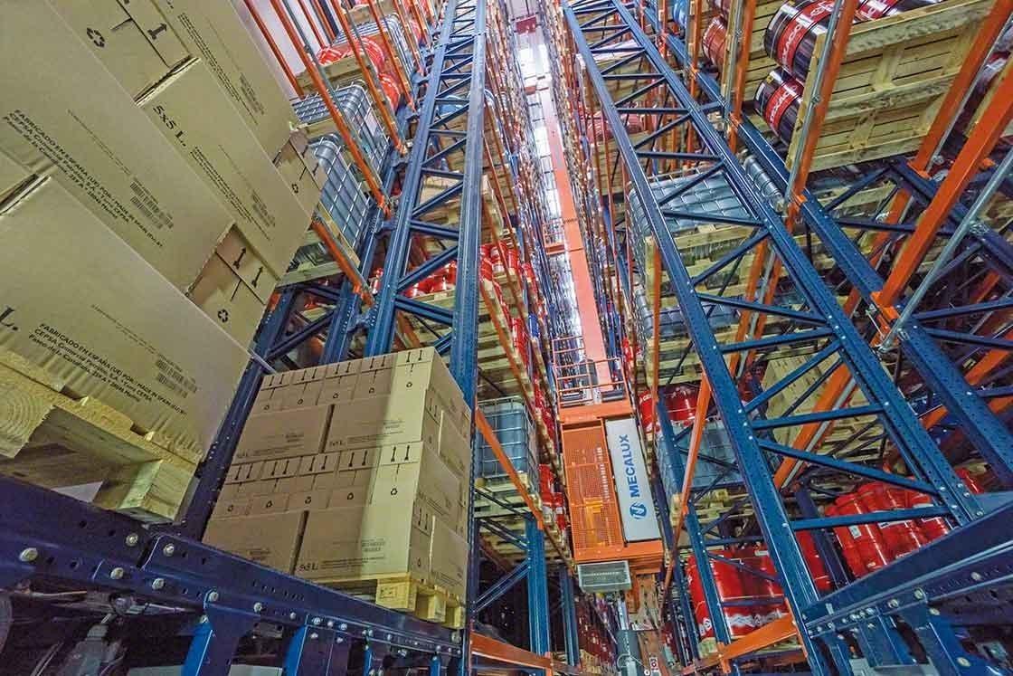 Les transstockeurs transportent les palettes automatiquement dans les entrepôts robotisés.