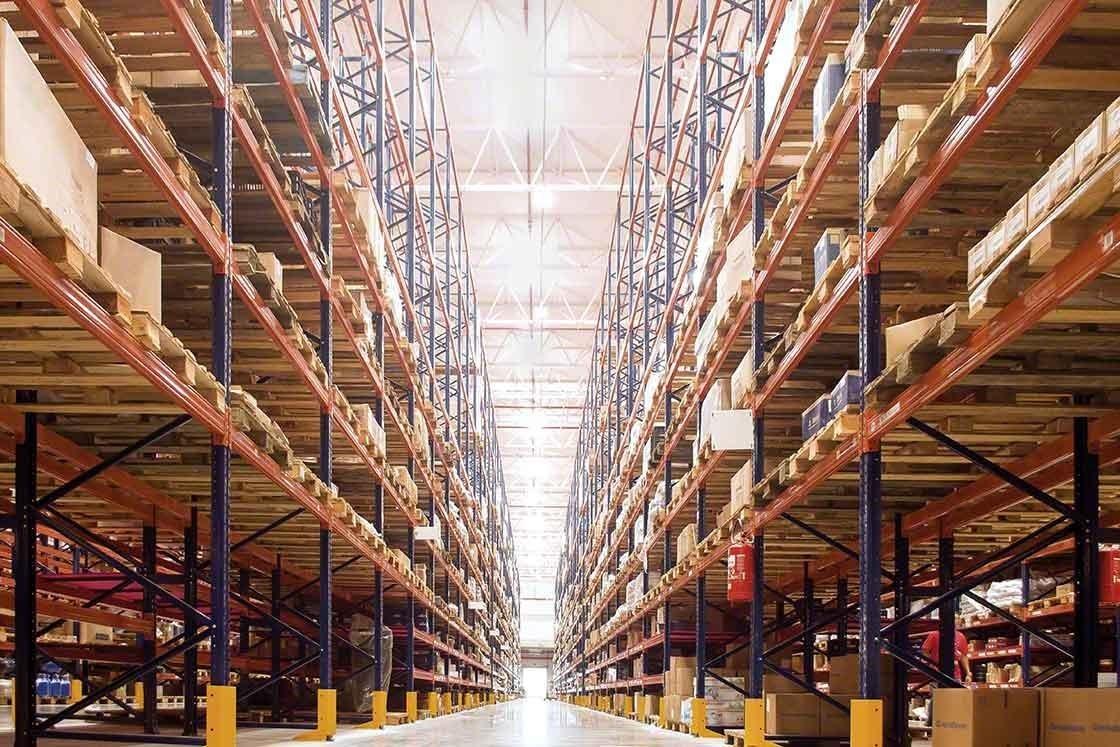 Le WMS aide l'entrepôt à garder le contrôle des stocks en temps réel.
