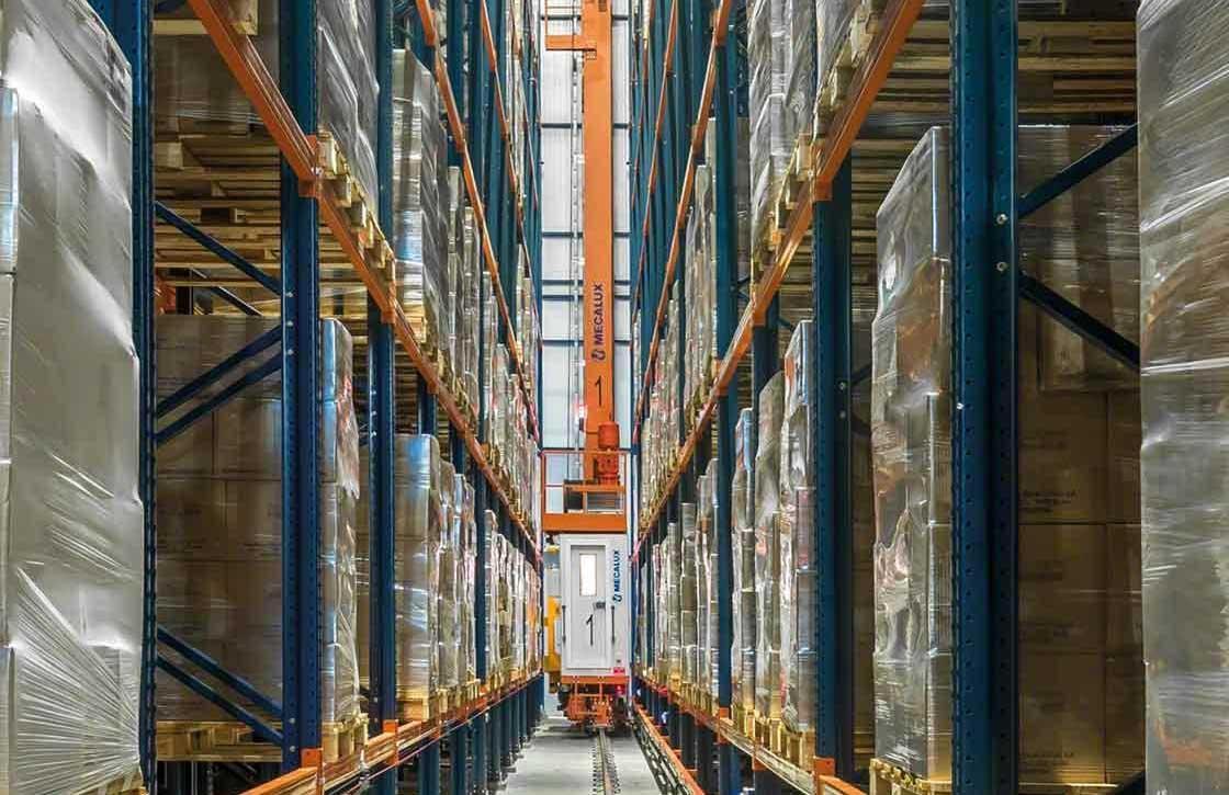 Utilisation du modèle Goods to Man pour le stockage des palettes d'un centre logistique.