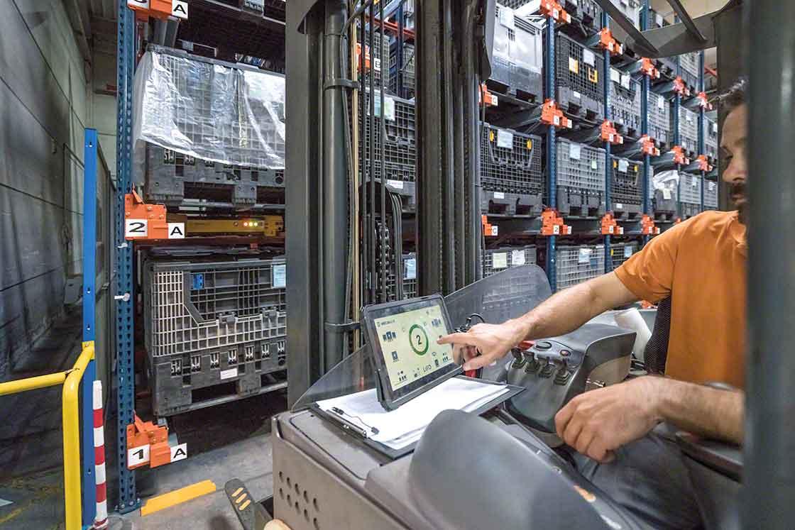 Le Pallet Shuttle assiste l'opérateur lors de l'extraction des charges et automatise ainsi le processus de manutention.