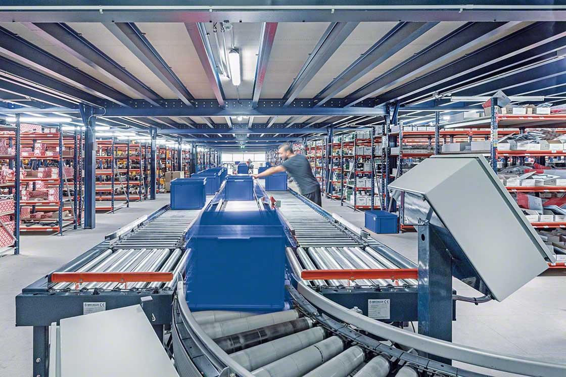 Convoyeur industriel installé dans un entrepôt.