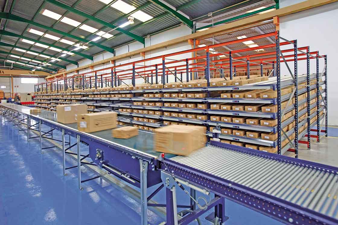 Tapis roulant industriel utilisé pour la préparation de commandes.