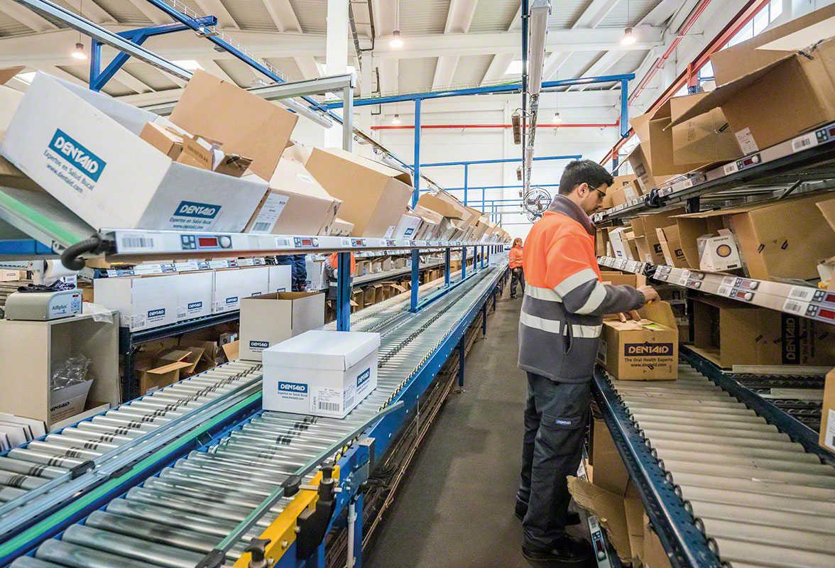 Een logistiek medewerker die een bestelling klaarzet in een magazijn