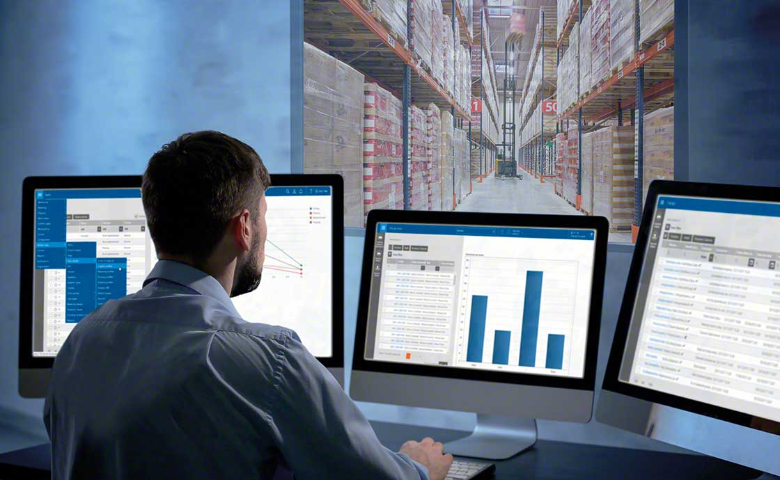 Un opérateur logistique contrôle ses stocks grâce à un logiciel de gestion d'entrepôt, conçu pour la stratégie omnicanale logistique.