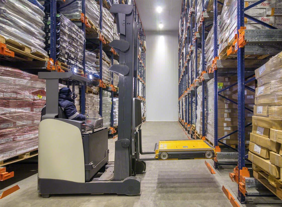 Système de stockage compact Pallet Shuttle en chambre froide, avec une navette qui effectue automatiquement les déplacements dans les rayonnages
