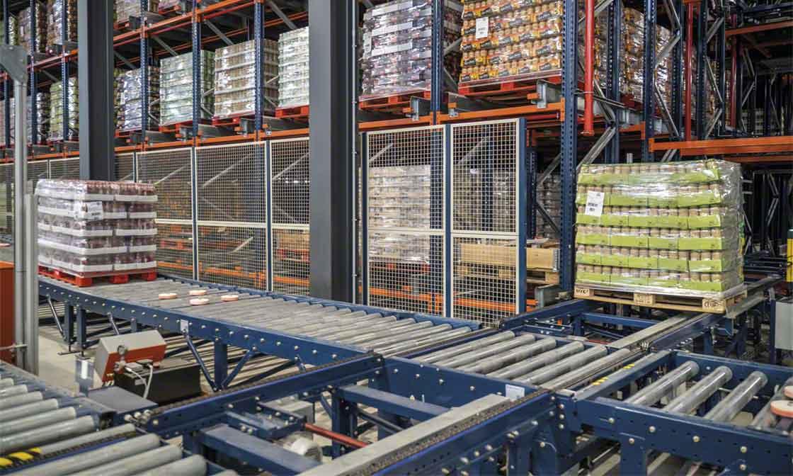 Les convoyeurs transportent les marchandises jusqu'à l'entrepôt automatisé