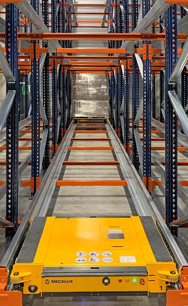Le bloc de rayonnages occupe 350 m² et peut stocker jusqu'à 1 120 palettes