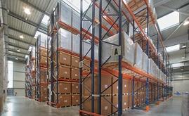 uit rayonnages doubles centraux et deux muraux ont été installés, pour une capacité supérieure à 1 800 palettes